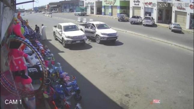شاهد فيديو لسرقة سيارة بوضع التشغيل في جدة وصاحبها آخر من يعلم !!